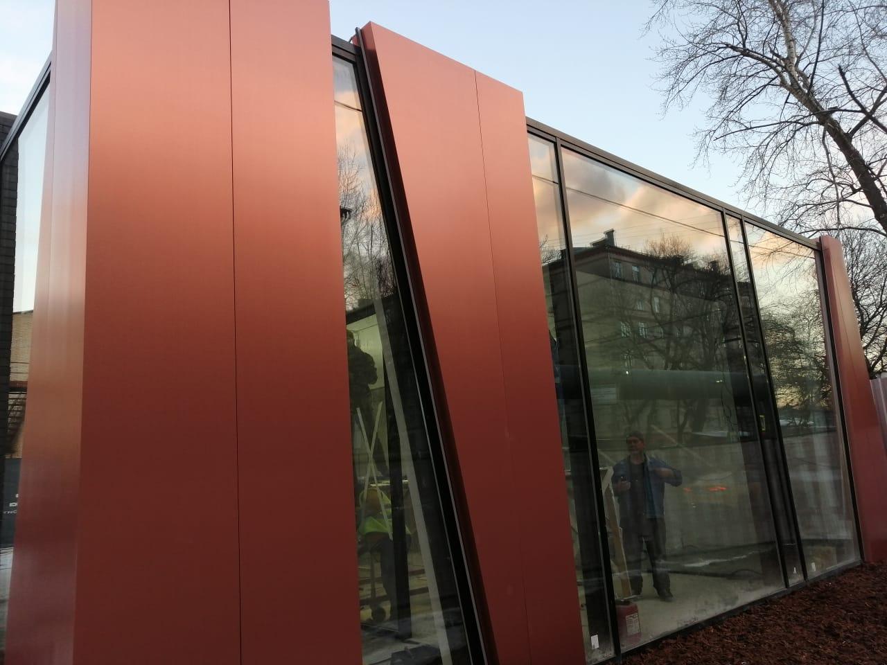 Фасад из композитных панелей в крупноразменных кассетах